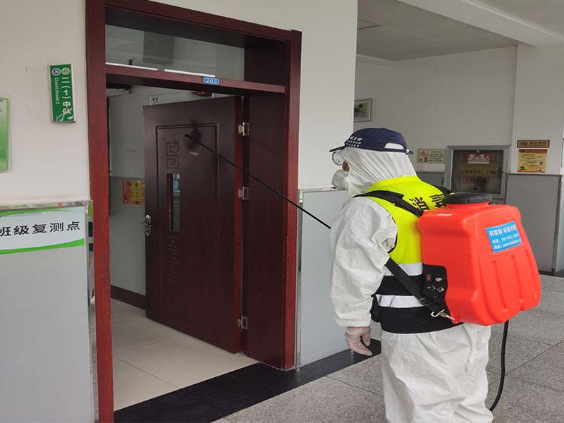 教室学生学习的重要空间,这个空间的卫生条件要求更好,为了能够让学生可以安心、放心的在教室内进行学习,科霖特来到校园内,给学校的每一块区域都进行消毒,减少细菌的滋生。  