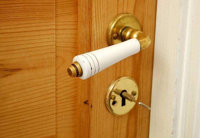 电灯开关和门把手需要定期消毒吗?